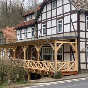 Neue Terrasse - Hochterrasse am Fachwerkhaus - Holzterrasse für das Ausflugslokal Sievershagener Mühle -  Ottenstein  - Auch individuelle Massivholzhäuser mit Terrasse - Niedersachsen - Paderborn - Göttingen
