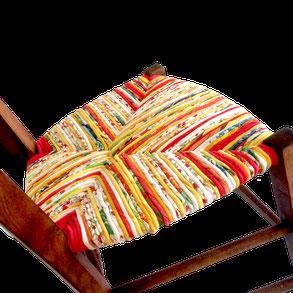 Chaise paillée en torons de tissus. Bleu canard.