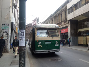 Troleybus, un bus vert et écru, relié aux câbles électriques par le toit, classé au patrimoine mondial de l'humanité par l'Unesco