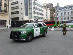 Une voiture de police verte et blanche