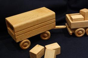 Holztransporter mit Anhänger
