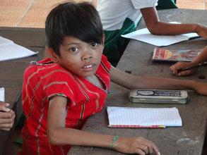 Enfant handicapé scolarisé à Aung Zayar Min.