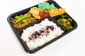 お昼はお弁当方式です。学校まで配達します。