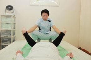 伏臥位膝曲げ股関節内旋の確認