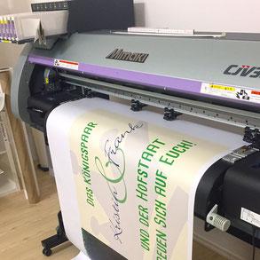 Der Großformatdrucker bei der Arbeit