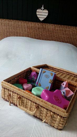 Déco chambre nature by Fannygloo : tête de lit rotin Maisons du Monde, boutis blanc, coeur en bois, valisette en osier (Polly Pocket) et mur noir