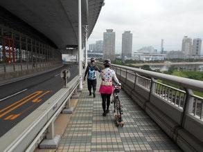 自転車は押し歩きます。ちょっとしたコツが必要ですが、サポートしますのでご安心を!