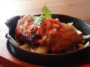 タンドリーチキン。柔らかく焼き上げられた鶏肉。噛みしめれば、脂と旨味が口中に広がります。