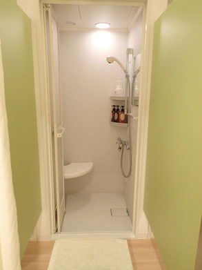 清潔なシャワー室。ボディソープ等のアメニティも備え付けられています。当日、輪行で帰宅される方は、汗を流してから帰ることもできますよ!。