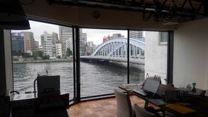 当日貸し切りになる部屋。画像中では、余計なもの(PCとかね)が写っていますがお許しを。隅田川を臨む、絶好のロケーションです。