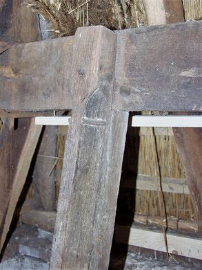 Hergebruikt fragment van een 15de-eeuws raamkozijn.