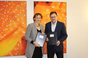 Sabine Wosche (LEG) und Frank Heuer (IGJS) nach der Unterzeichnung des Kooperationsvertrages