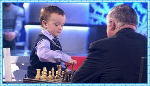 Трёхлетний шахматист вступил в неравную битву