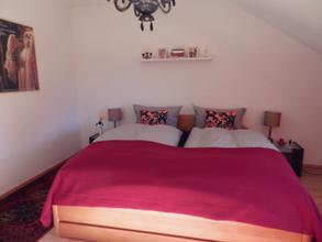 Schlafzimmer mit 200x200 cm Bett und großen Decken