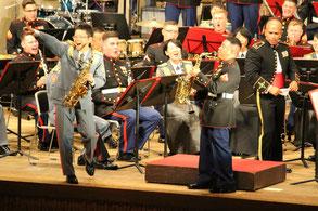 海兵隊のサックス奏者の演奏に会場は盛り上がった=9日、宜野湾市民会館