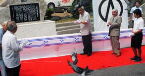大浜町役場跡地の碑が除幕された。同時に鳩の放鳥も=1日午後、JA大浜支店隣
