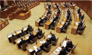 意見書と抗議決議は、全会一致で決定した=21日、県議会
