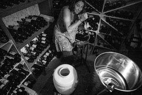 Rita verkorkt die frisch gefüllten Met-Flaschen