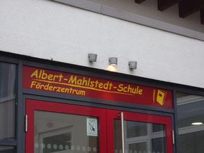 Foto vom Eingang der Schule mit dem Schriftzug Albert-Mahlstedt-Schule, Förderzentrum