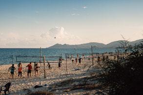 Beachvolleyball Training am Strand der Costa Rei