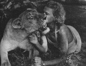 Joy Adamson con Elsa la leonessa (1956)