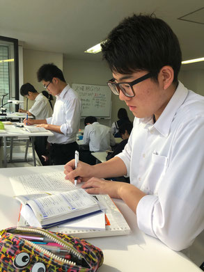 早朝6:10スタンディングデスクで最強学習をする高校生たち