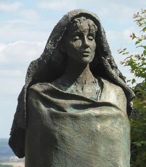 Hildegard-Statue im Hof des Klosters Eibingen