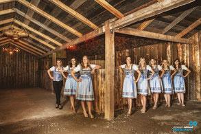 Die Bardamen schauten schon mal ihren Arbeitsort an. Foto: Christoph-Ruhland-Fotografie
