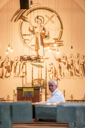 Pastor Christian Schulte hat sich mit 38 Jahren noch einmal entschieden, zu studieren. Seit sechs Jahren ist er nun für die katholische Kirche in Duisburg tätig.  (Foto: Tanja Pickartz / Funke Foto Services)