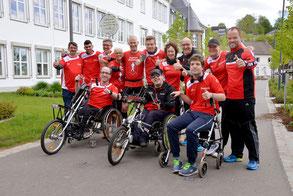 Menschen mit und ohne Handicap in Laufkleidung.