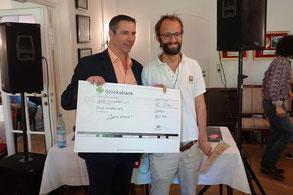 David Sumerer (rechts) herhält das Preisgeld. Foto: Jens Warmers