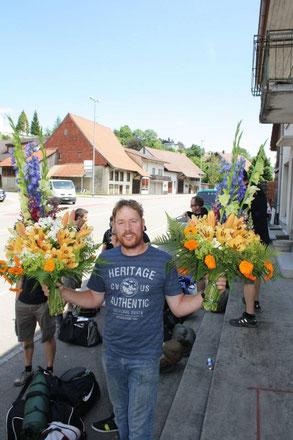 """Philipp Heuberger mit den Turnfest """"Hornträger"""" Gestecken welche wir jedes Jahr für den TV Bözen machen dürfen"""