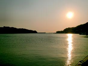 夕日の港の写真