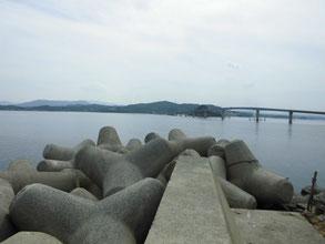 角島 中道の波止と角島大橋