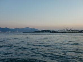 夕方の関門海峡の写真