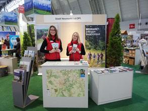 Anita Korndörfer und Bianca Falkner am Messestand Foto: Uwe Stanke/Tourismusverband Ostbayern