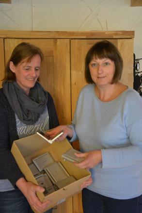 Frau Brüggemann und Frau Dusch mit den vom Förderverein bereitgestellten elektronischen Wörterbüchern