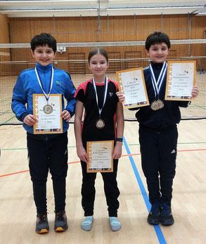 Luis Jäger, Lisa Niebler und Alex Jäger mit ihren Medaillen beim 2. Bezirksranglistenturnier