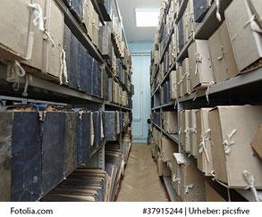 archivschachteln in regalen