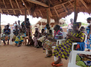 """Tanz, Gesang und Ananas als Dankeschön von den """"femmes balayeuse"""", die auch zukünftig in und um die neue Krankenstation für Sauberkeit sorgen wollen."""