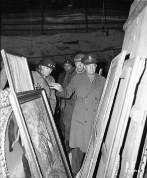 Главнокомандующий союзными войсками в Европе генерал Д. Эйзенхауэр с группой генералов осматривает коллекции искусства, захороненные в шахте Меркерс. Апрель 1945 г.