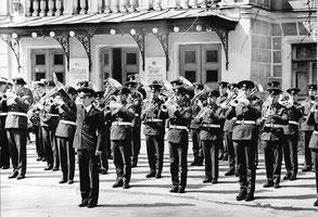 Молодой лейтенант Валерий Халилов — дирижер военного духового оркестра перед Пушкинским Домом культуры. 1975 год
