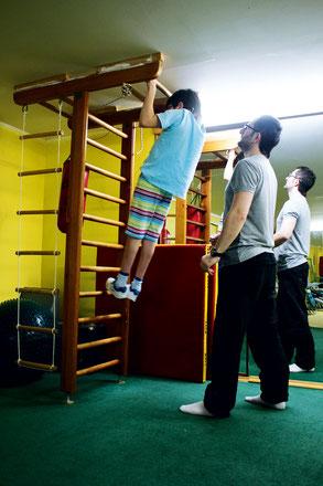 На домашних тренажерах Антон занимается под руководством тренера