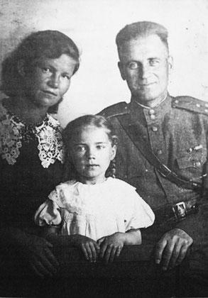 8 мая 1945 года. Геля с мамой и папой. Все худшее позади