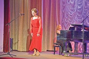 Надежда Пудова выступает на сцене Пушкинского Дома культуры
