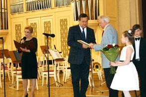 Председатель комитета по культуре правительства Санкт-Петербурга Константин Сухенко вручает Харису Шахмаметьеву премию Екатерины Дашковой в Большом зале Филармонии. 2016 г.