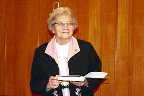 Ангелина Григорьевна выступает в краеведческом клубе «Отечество» на презентации книги «Здесь раньше вставала земля на дыбы…»