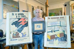 Петербургский художник Анатолий Заславский с плакатами своего отца