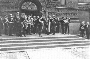 Передача штандарта полка на ступенях храма в период празднования 200-летия полка
