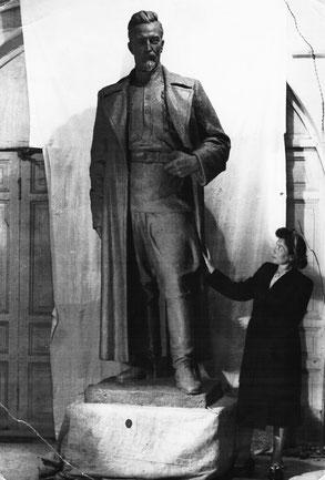 Клавдия Терентьева рядом с моделью памятника Дзержинскому. 1950-е годы